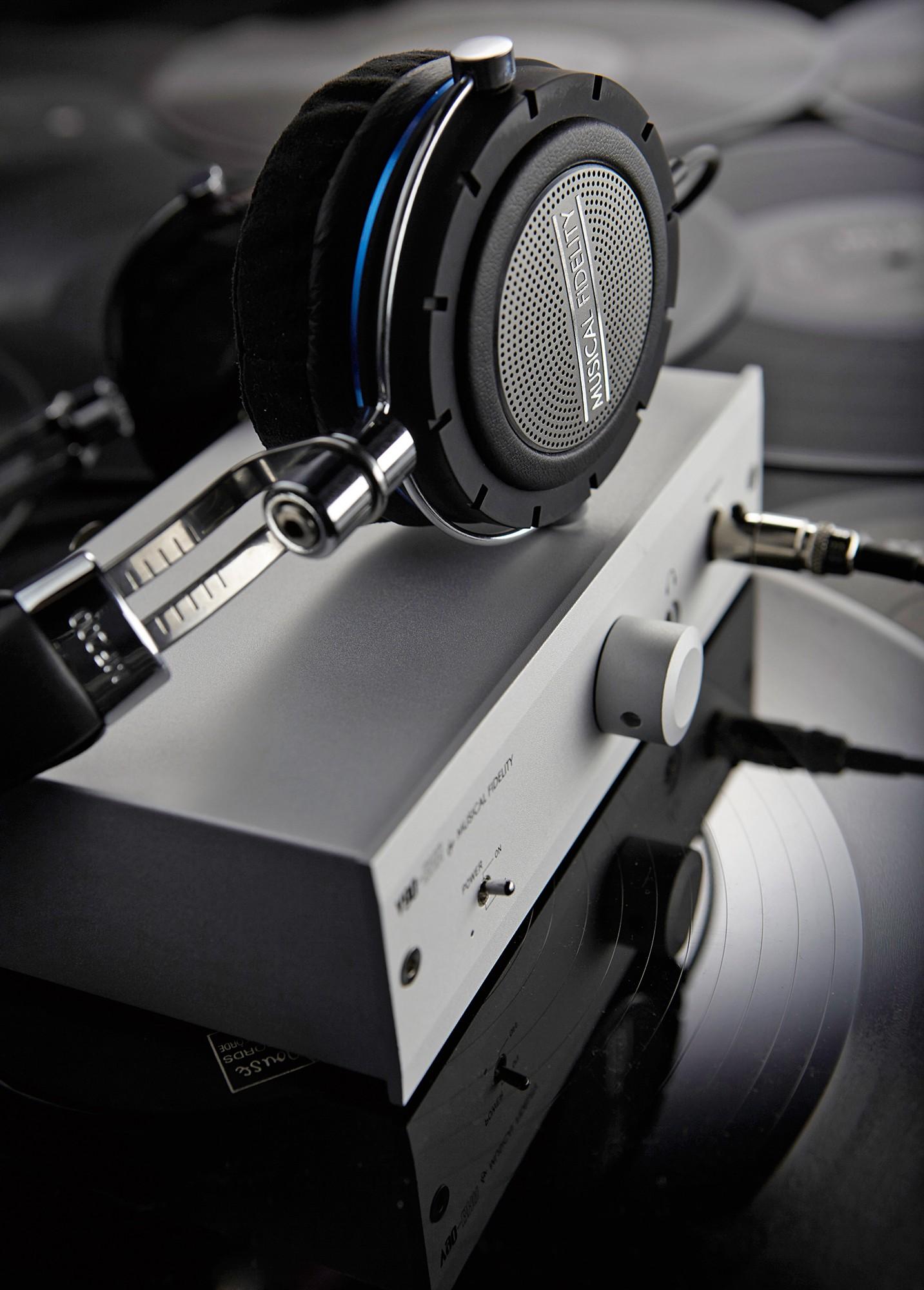 Musical Fidelity MF-200B pokażą pełnię swych możliwości, jeśli podłączymy je do słuchawkowego wzmacniacza V90-BHA.