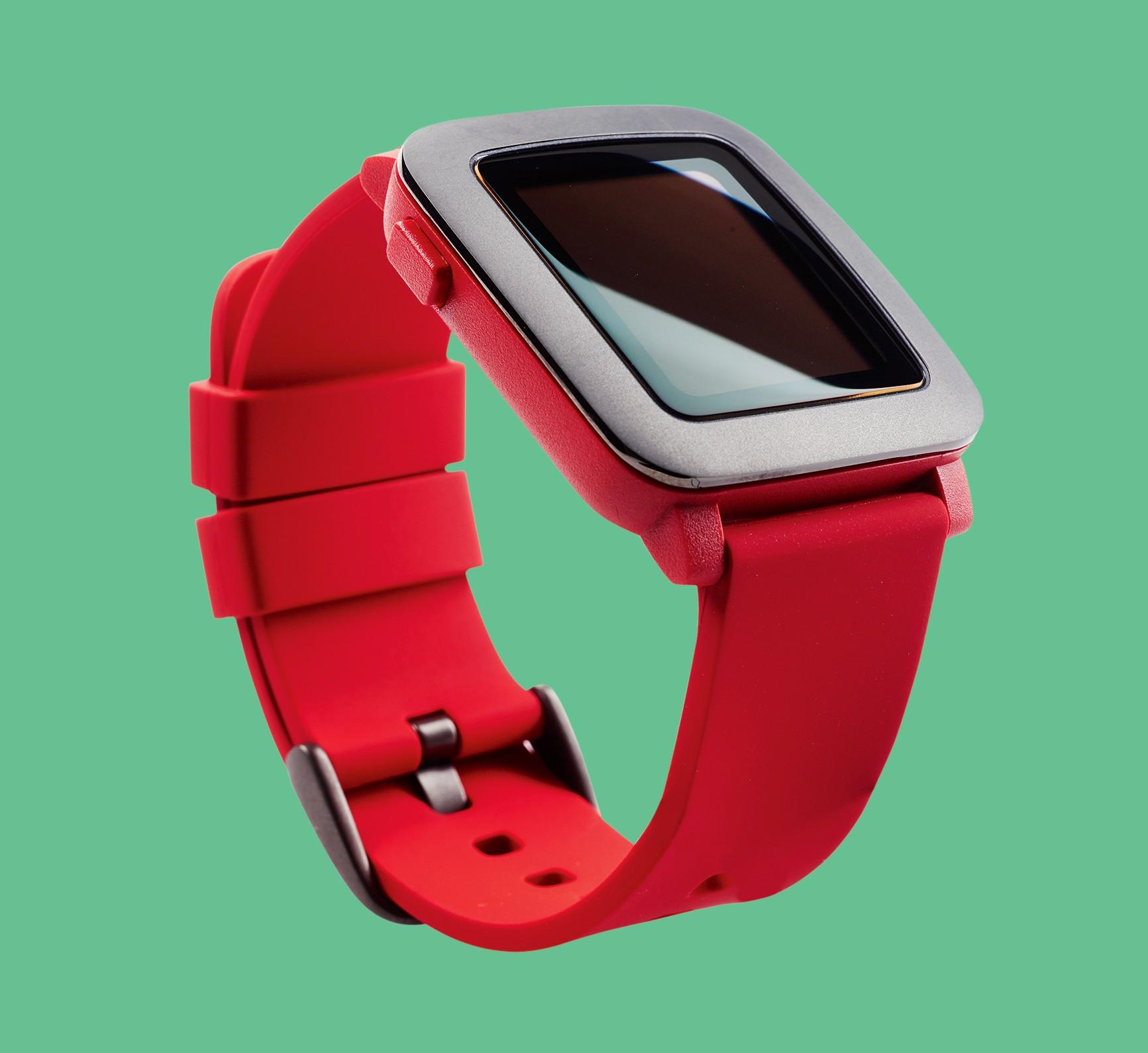 Wyświetlacz smartwatcha jest chroniony przed zarysowaniami przez warstwę szkła Corning Gorilla Glass.